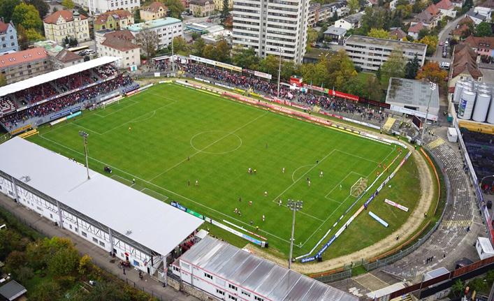 Die Bagger rollen: Das alte Jahnstadion wird abgerissen ...